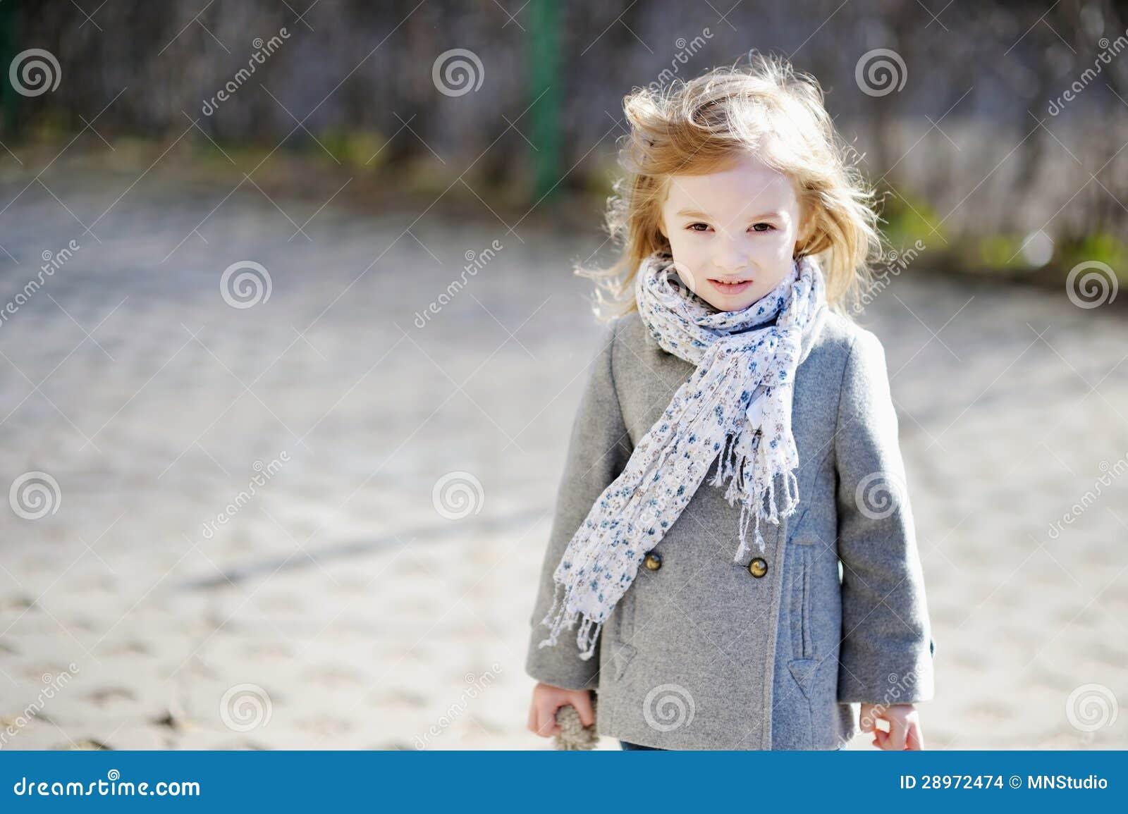 Urocza dziewczyna ma zabawę na wczesnej wiośnie
