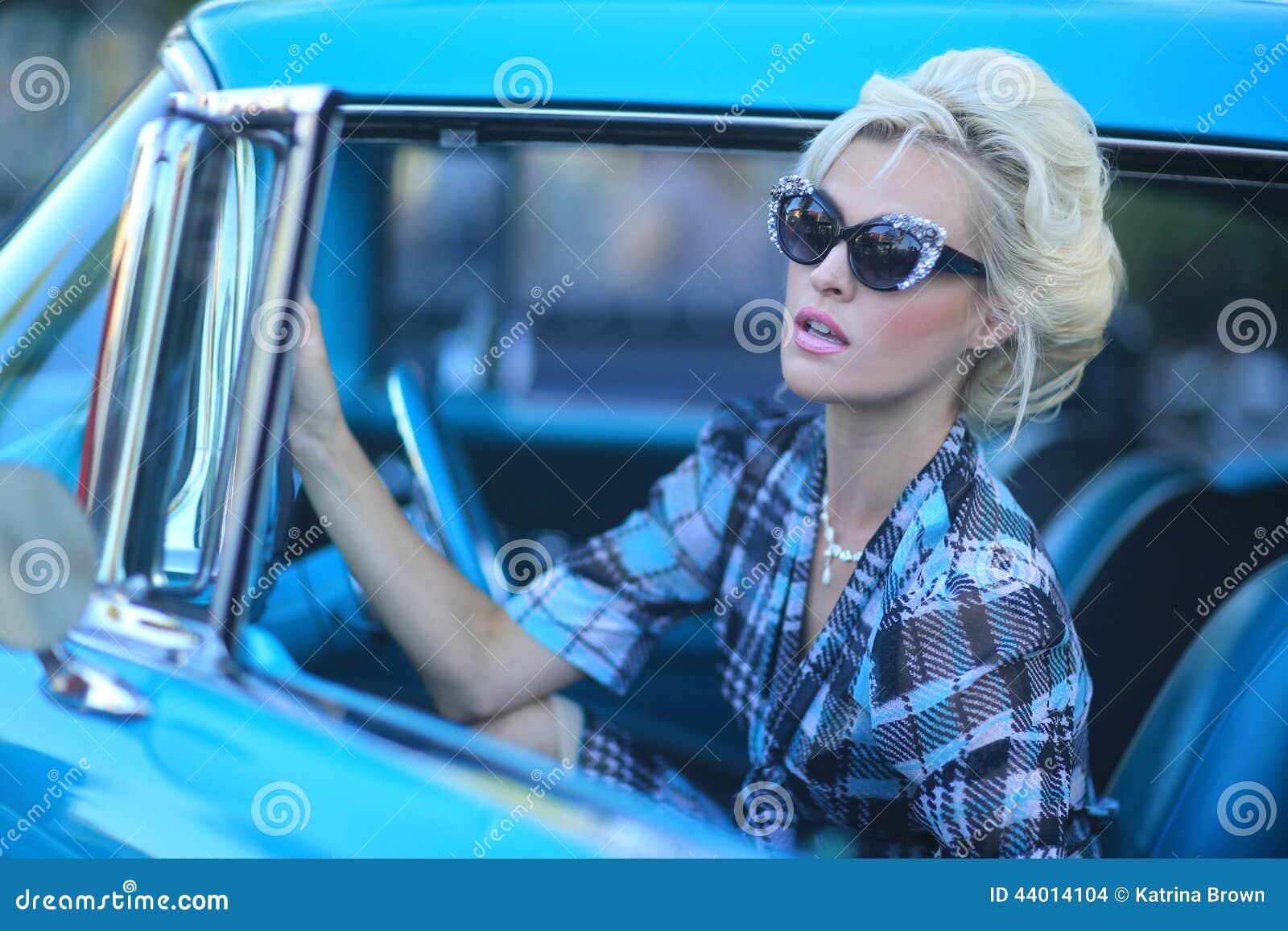 Urocza kobieta Pozuje Wokoło rocznika samochodu i i
