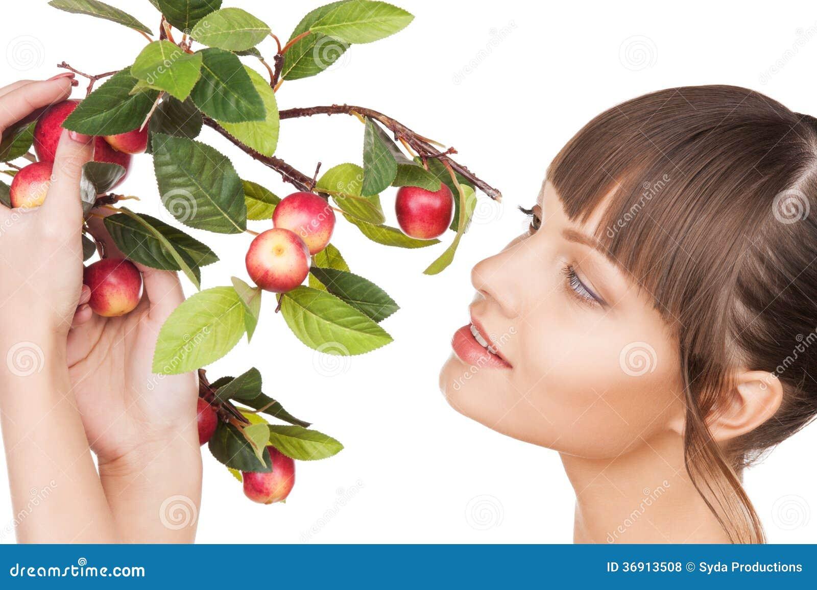 Urocza kobieta z jabłczaną gałązką