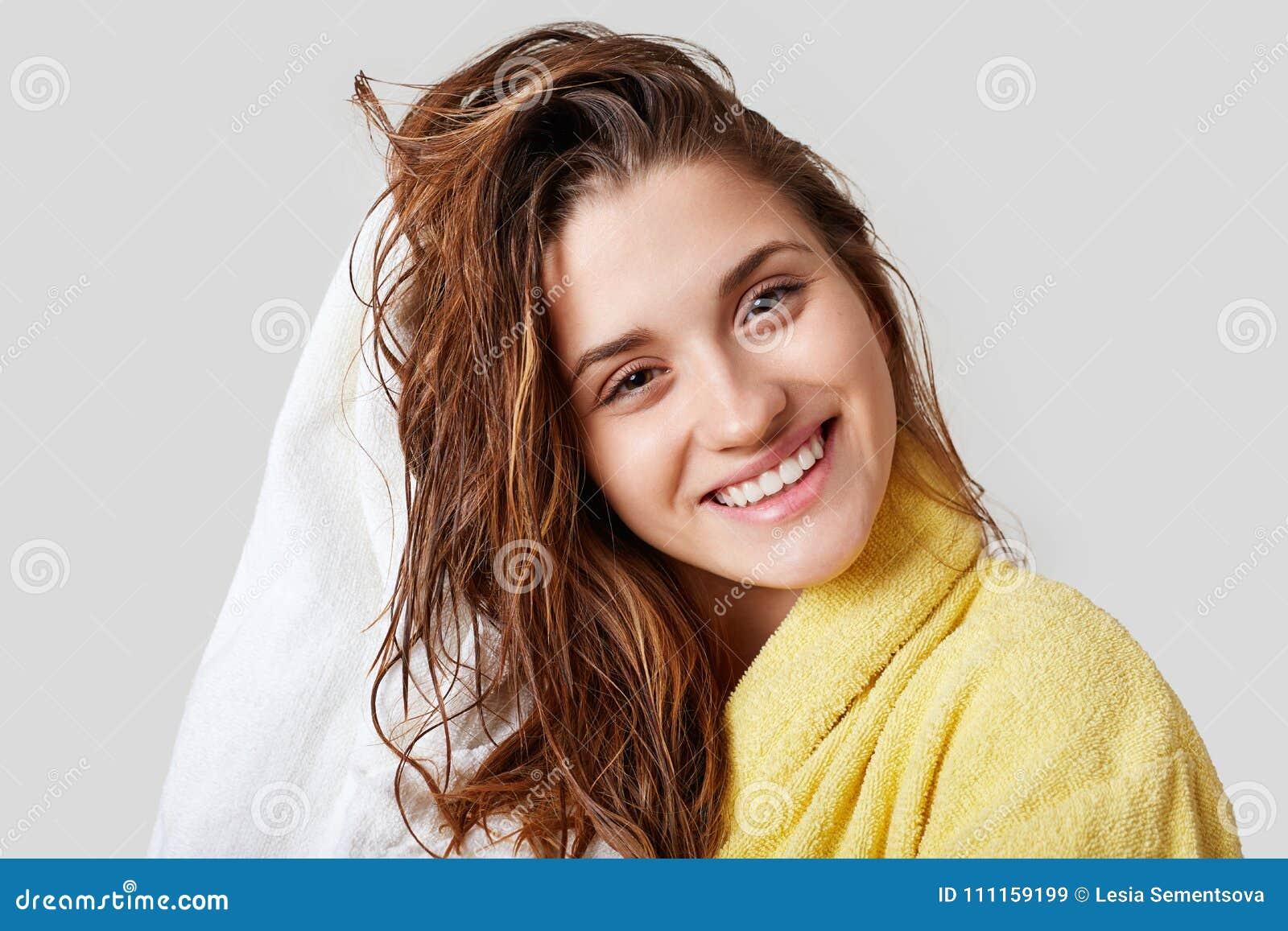 Urocza kobieta z mokrym włosy, wp8lywy brać prysznić, suszy, głowę z ręcznikiem, zadawalający po brać skąpanie, ubierającego w żó