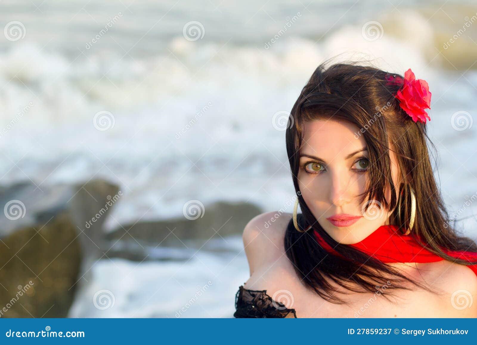 Urocza młoda brunetka zbliżenie portret