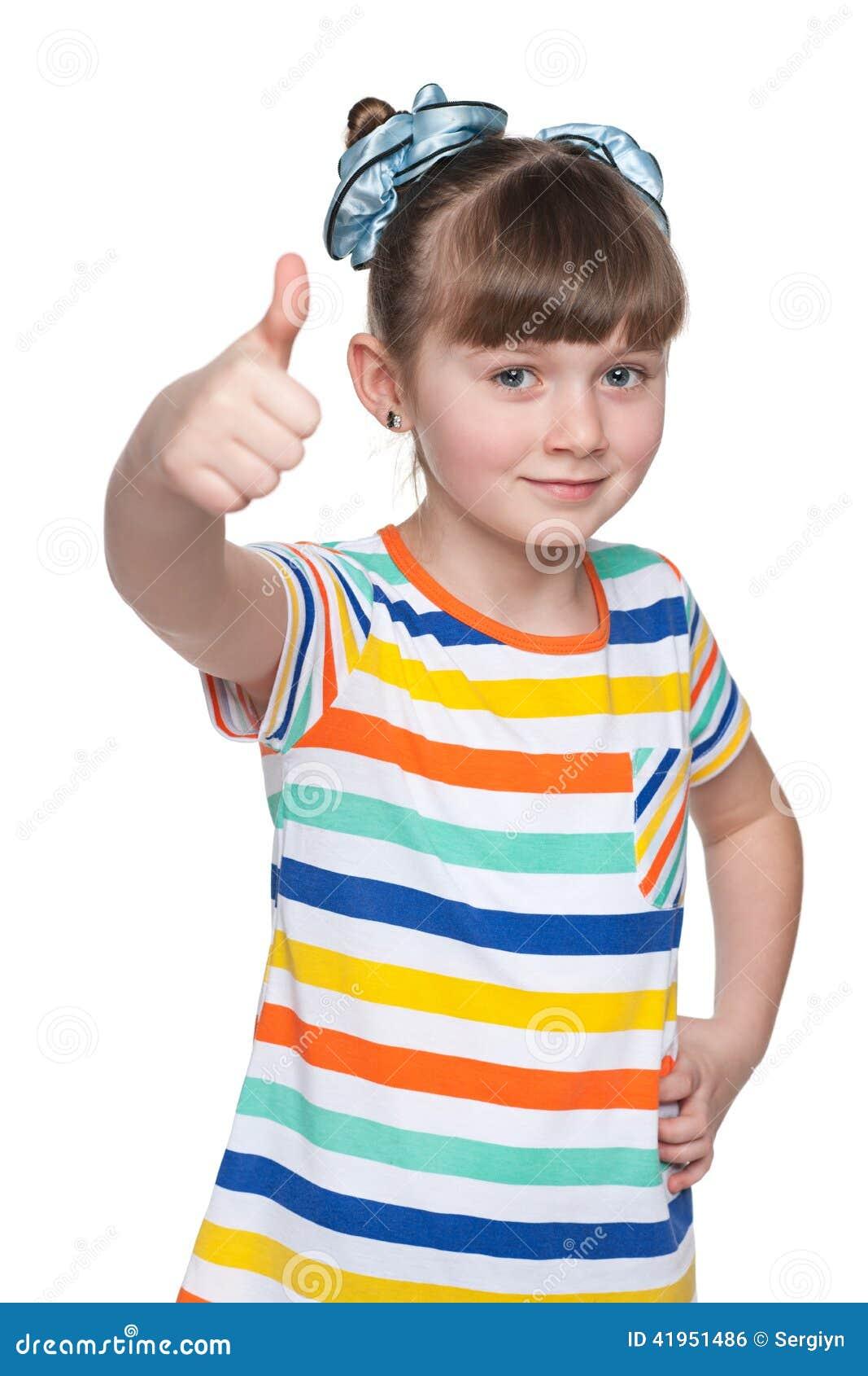 Urocza mała dziewczynka trzyma jej aprobaty
