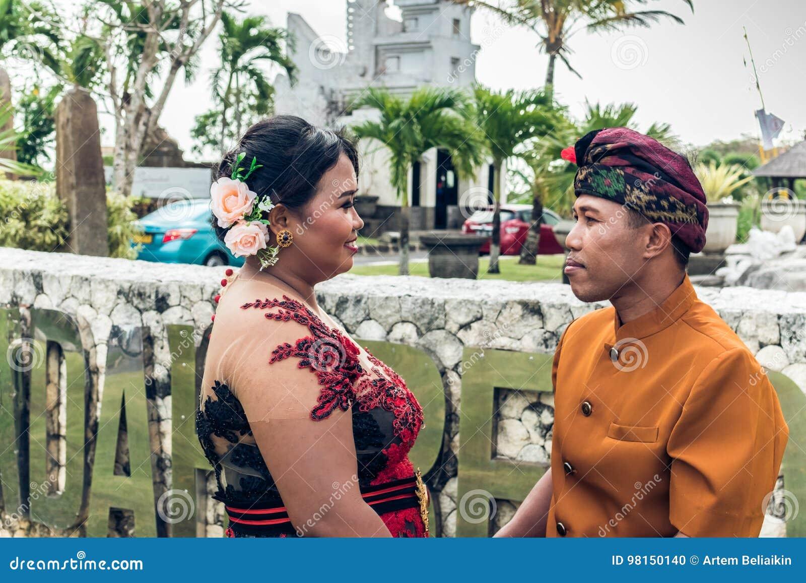 Urocza miesiąca miodowego balijczyka para w tradycyjnym odziewa wpólnie w naturze bali piękny Indonesia wyspy kuta mężczyzna bieg