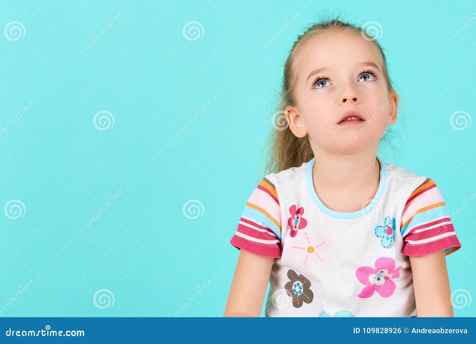 Urocza preschooler dziewczyna głęboko w myślach, przyglądający up Koncentracja, decyzja, wzroku pojęcie