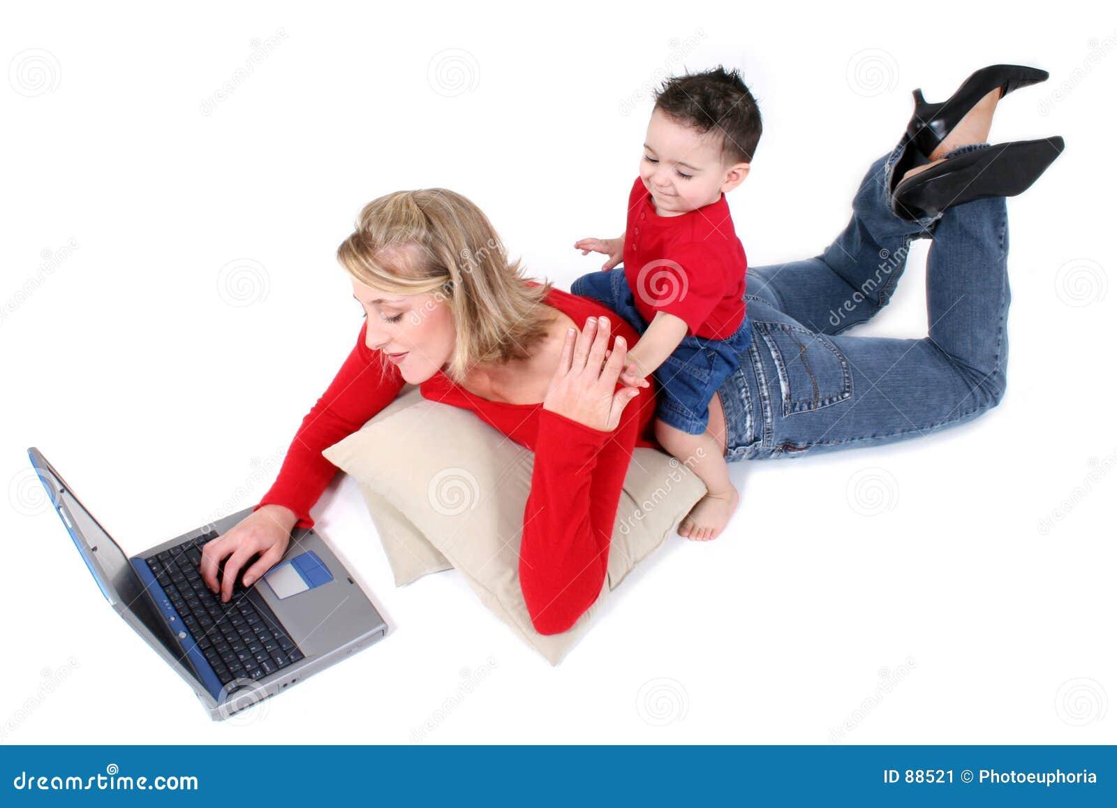 Urocza rodzina synu matki laptopa.