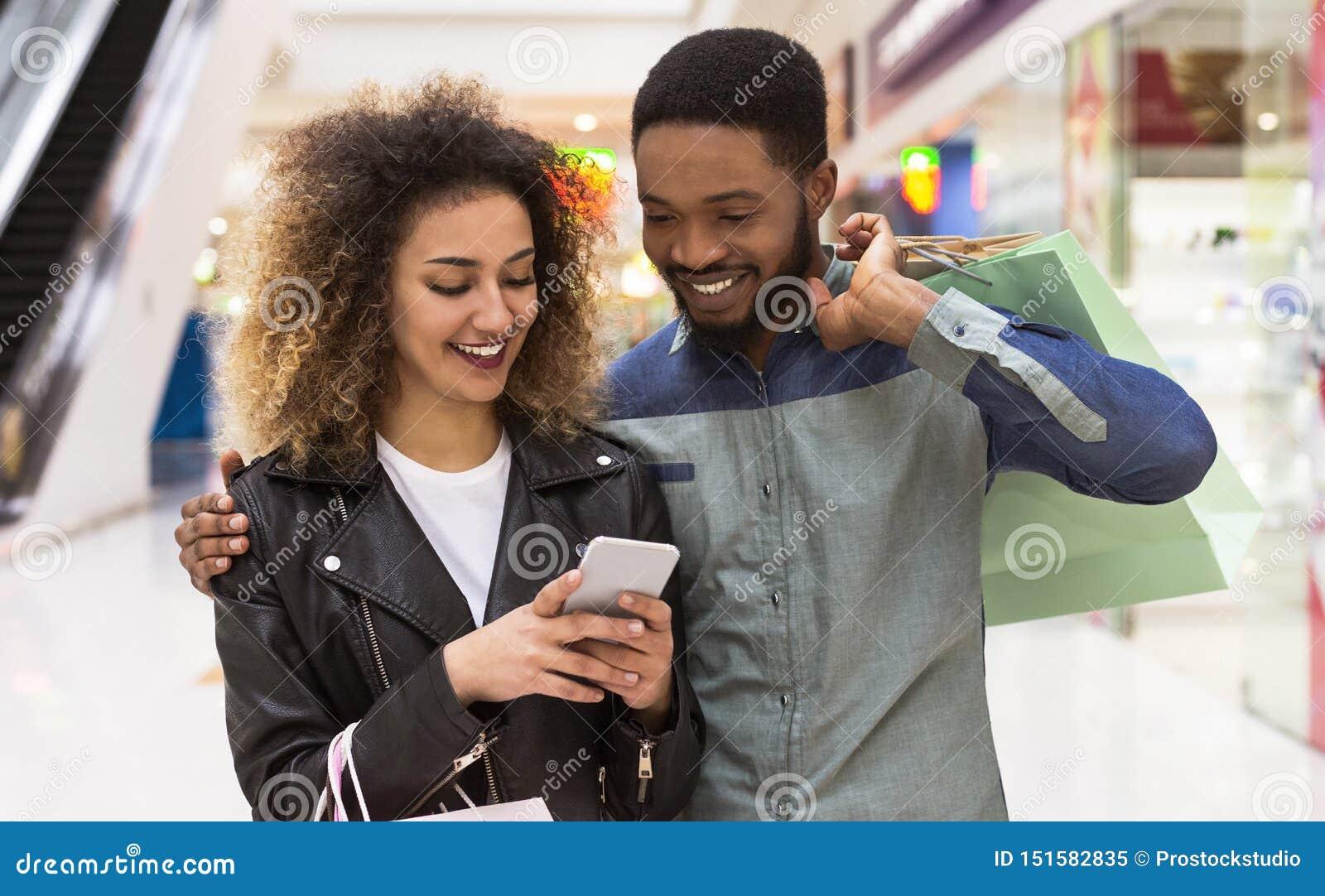 Urocze amerykanin afrykańskiego pochodzenia pary dopatrywania fotografie po robić zakupy