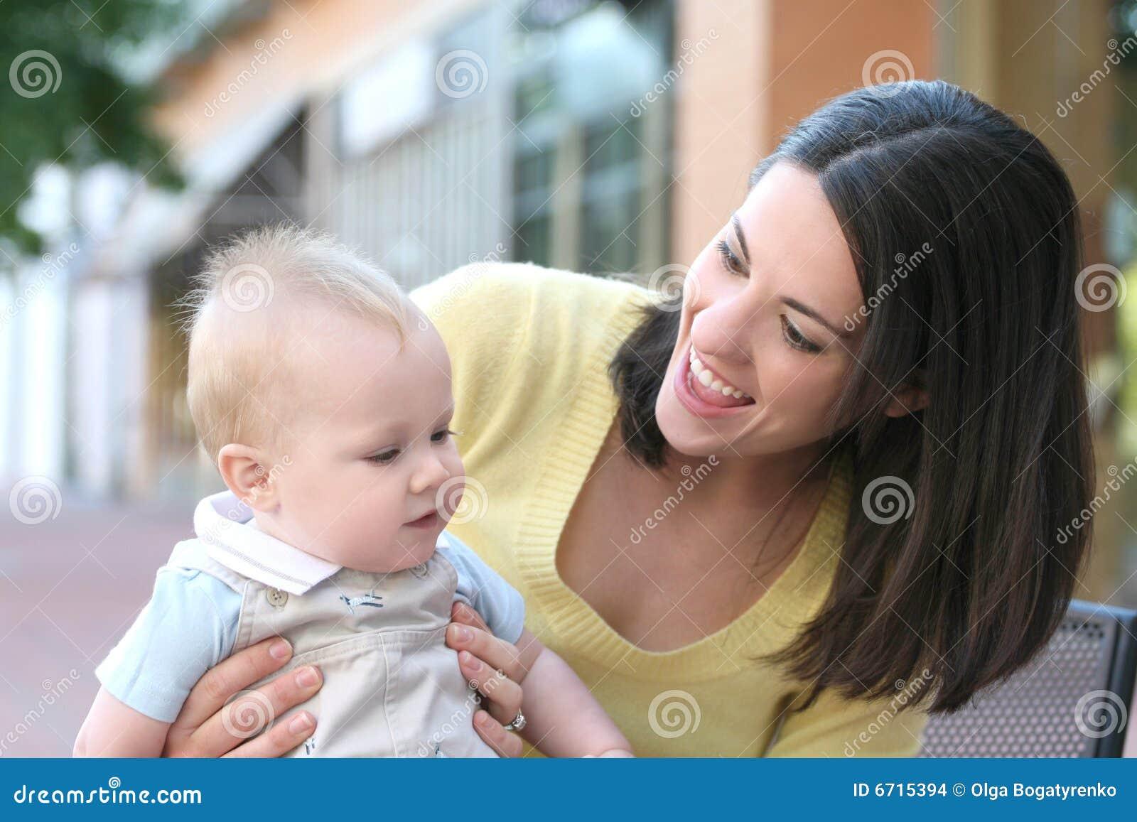Uroczej chłopiec rodzinna szczęśliwa matka