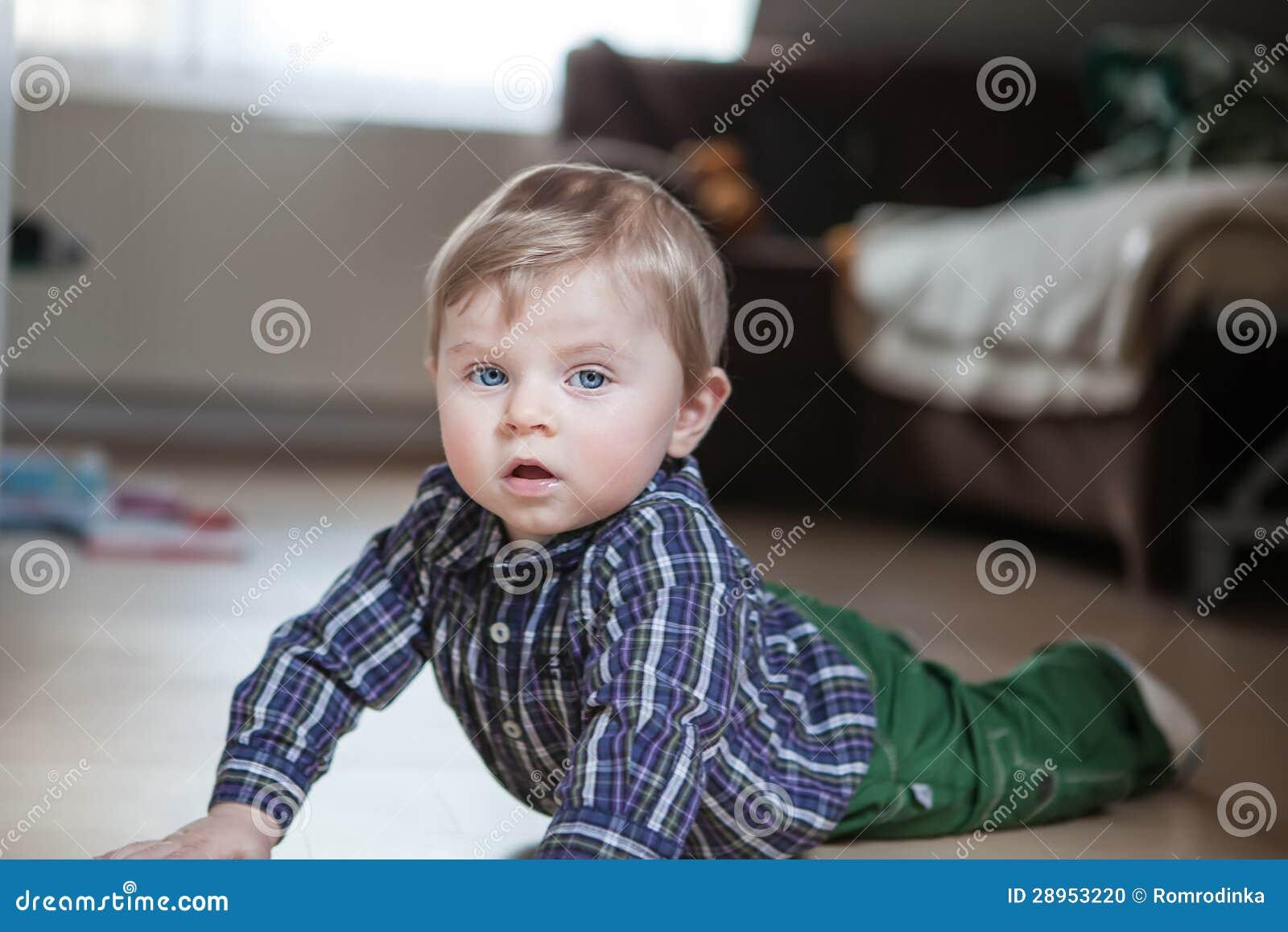 Uroczy chłopiec uczenie czołganie