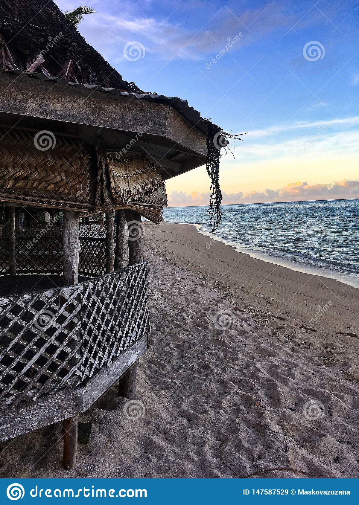Uroczy fala z zadziwiającym widokiem na morzu