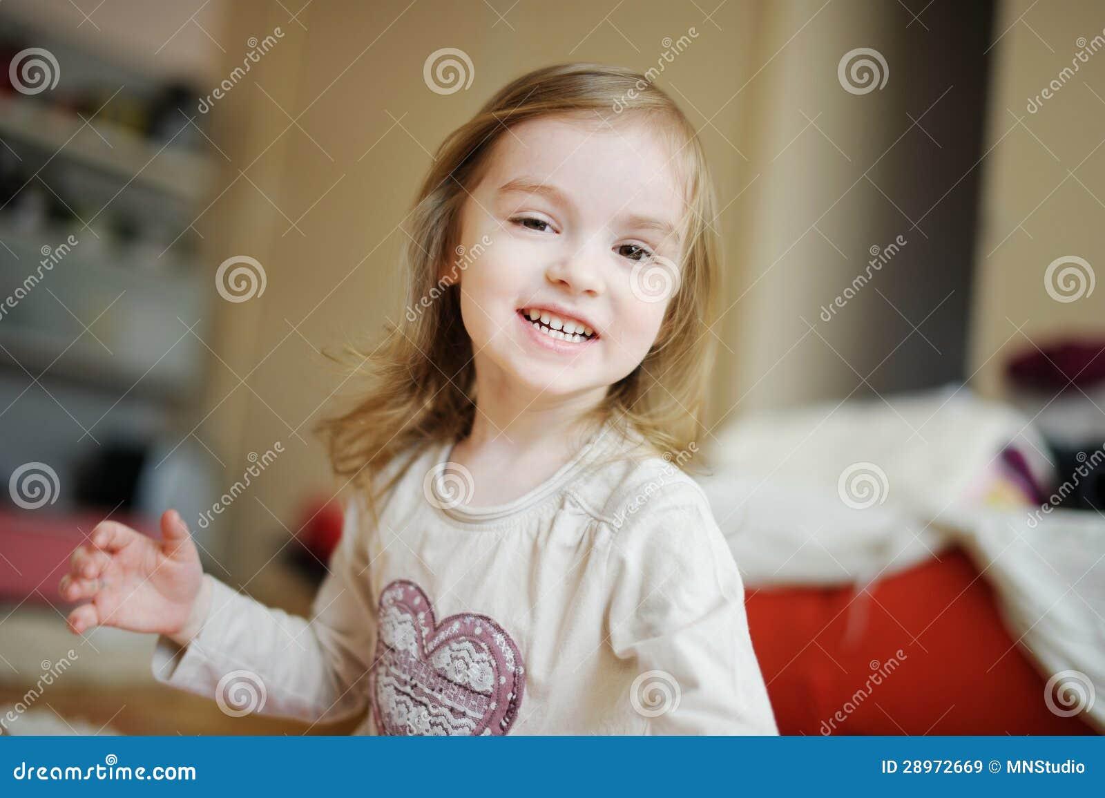 Uroczy małej dziewczynki śmiać się