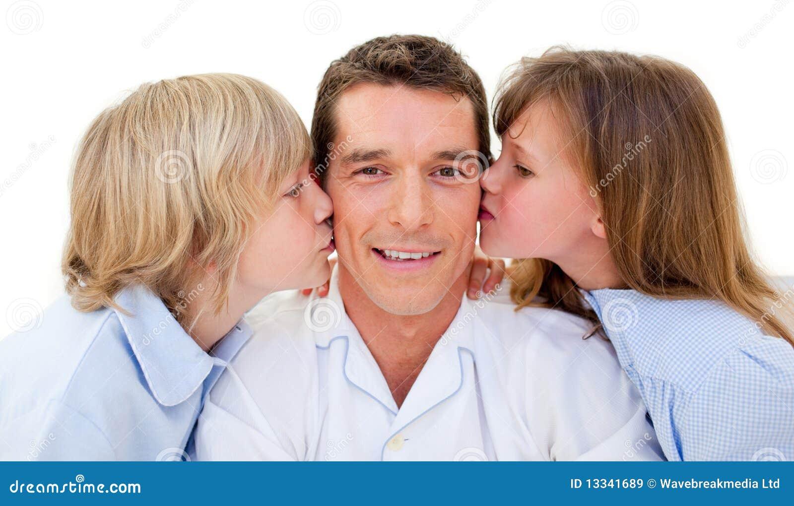 Uroczy ojca całowania rodzeństwa ich