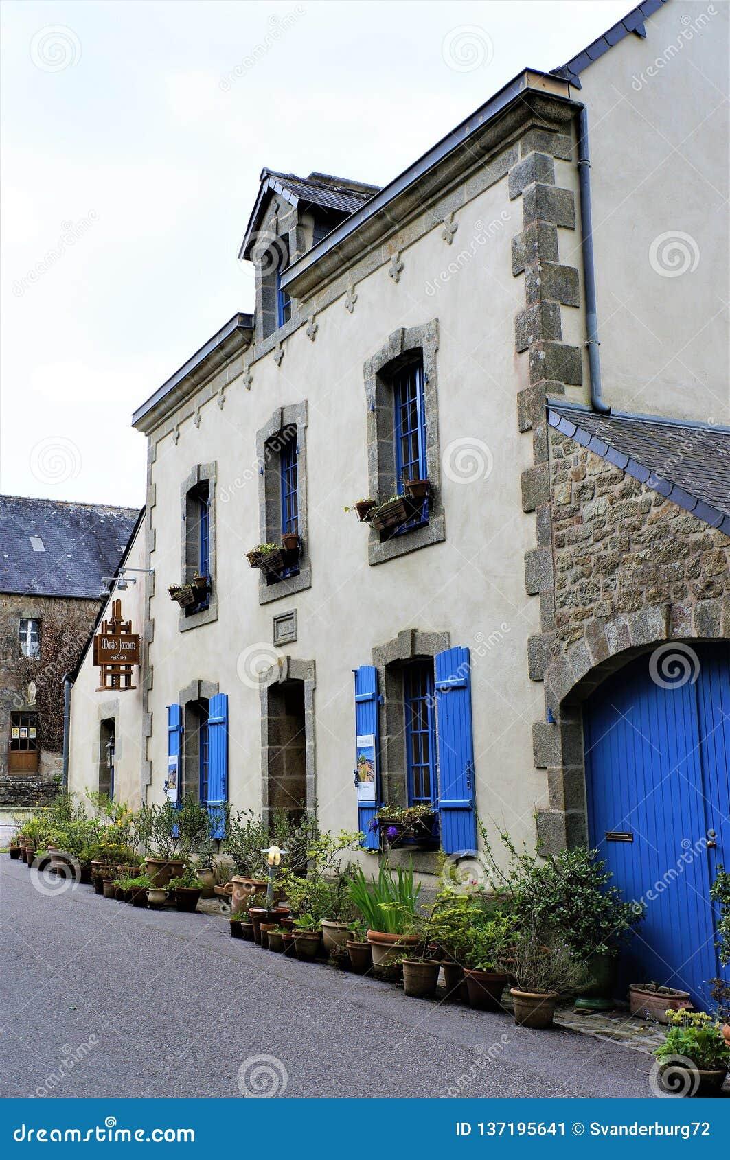 Uroczy stary kamienia dom z błękitnym drewnianym okno zamyka w Brittany Francja Europa