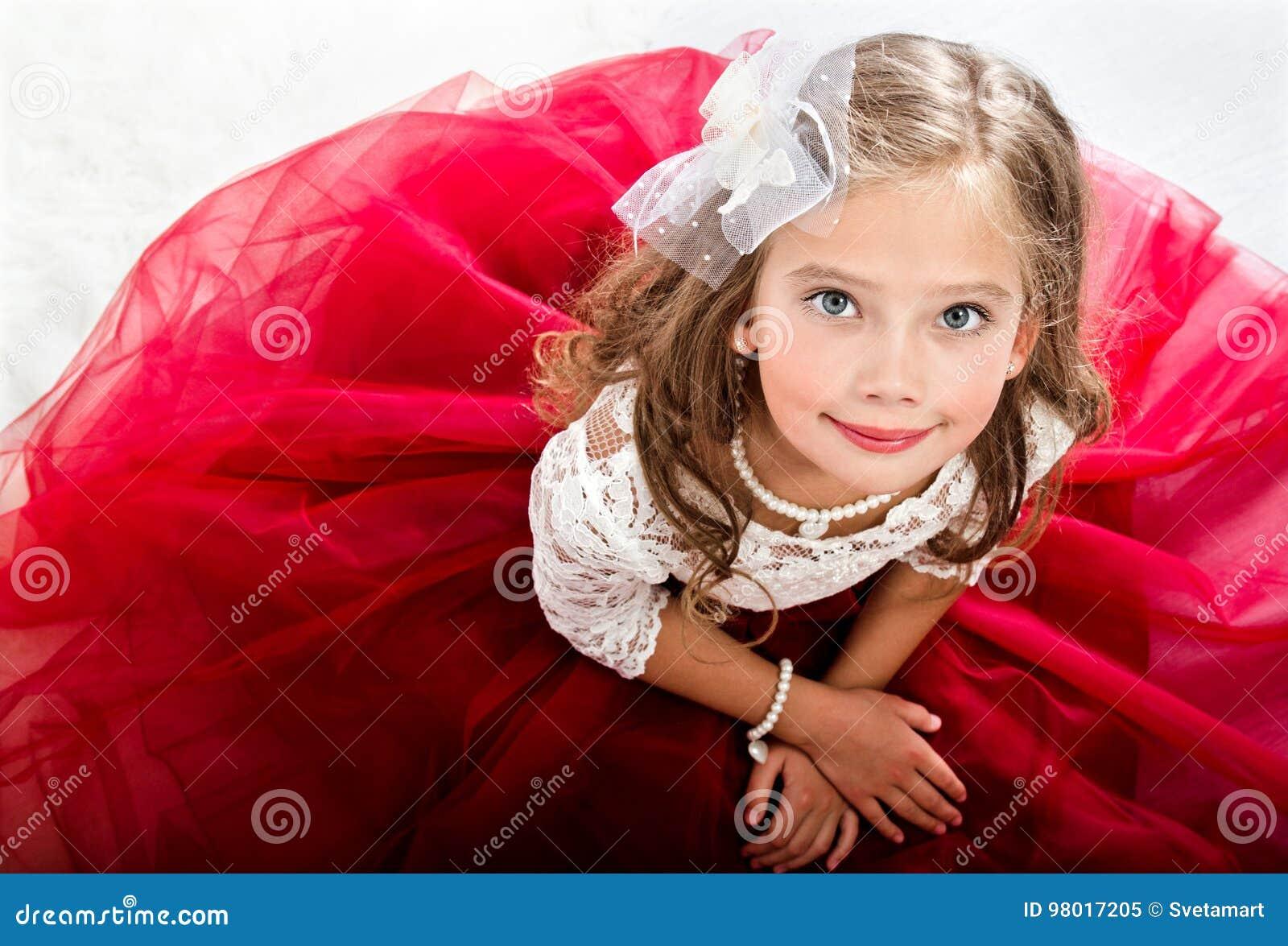 Uroczy uśmiechnięty małej dziewczynki dziecko w princess sukni
