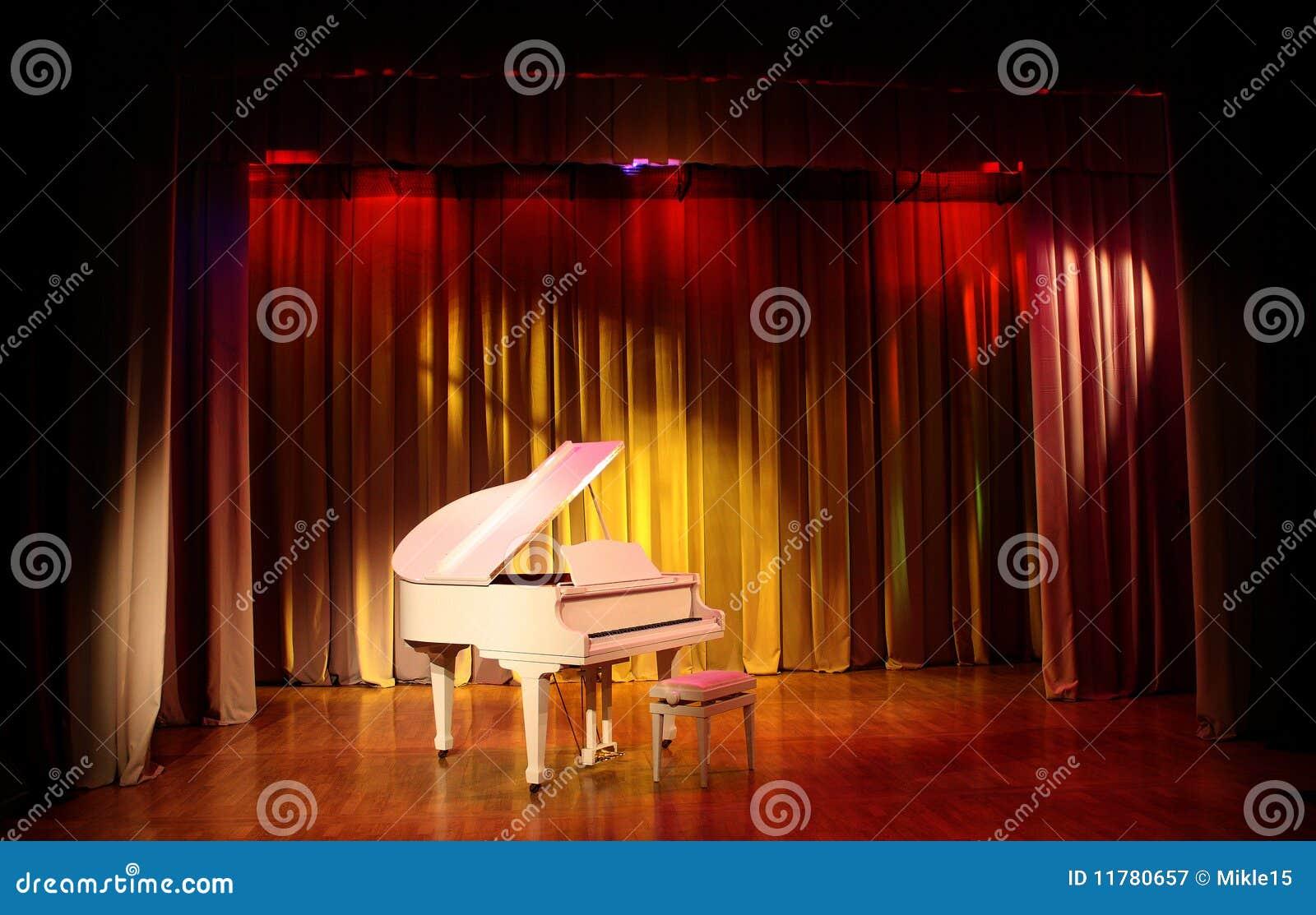 Uroczystego pianina biel