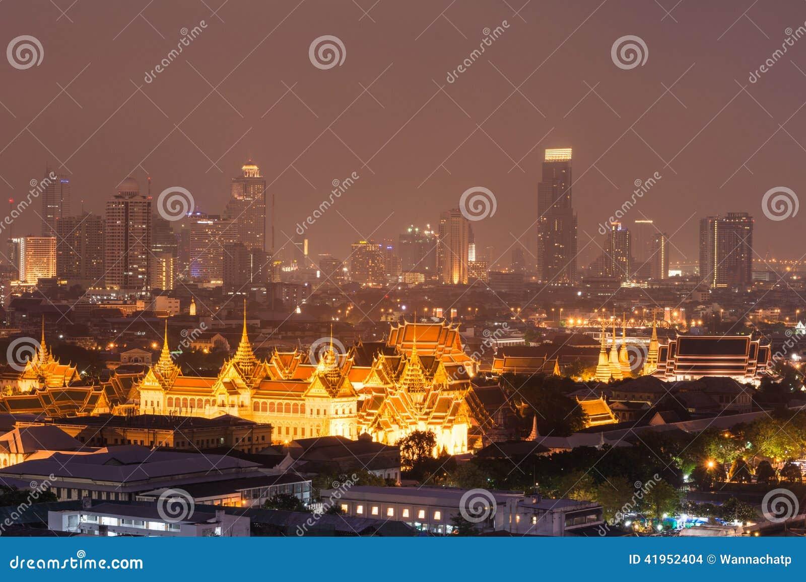 Uroczysty pałac, Szmaragdowa Buddha świątynia i nocy miasta widok,