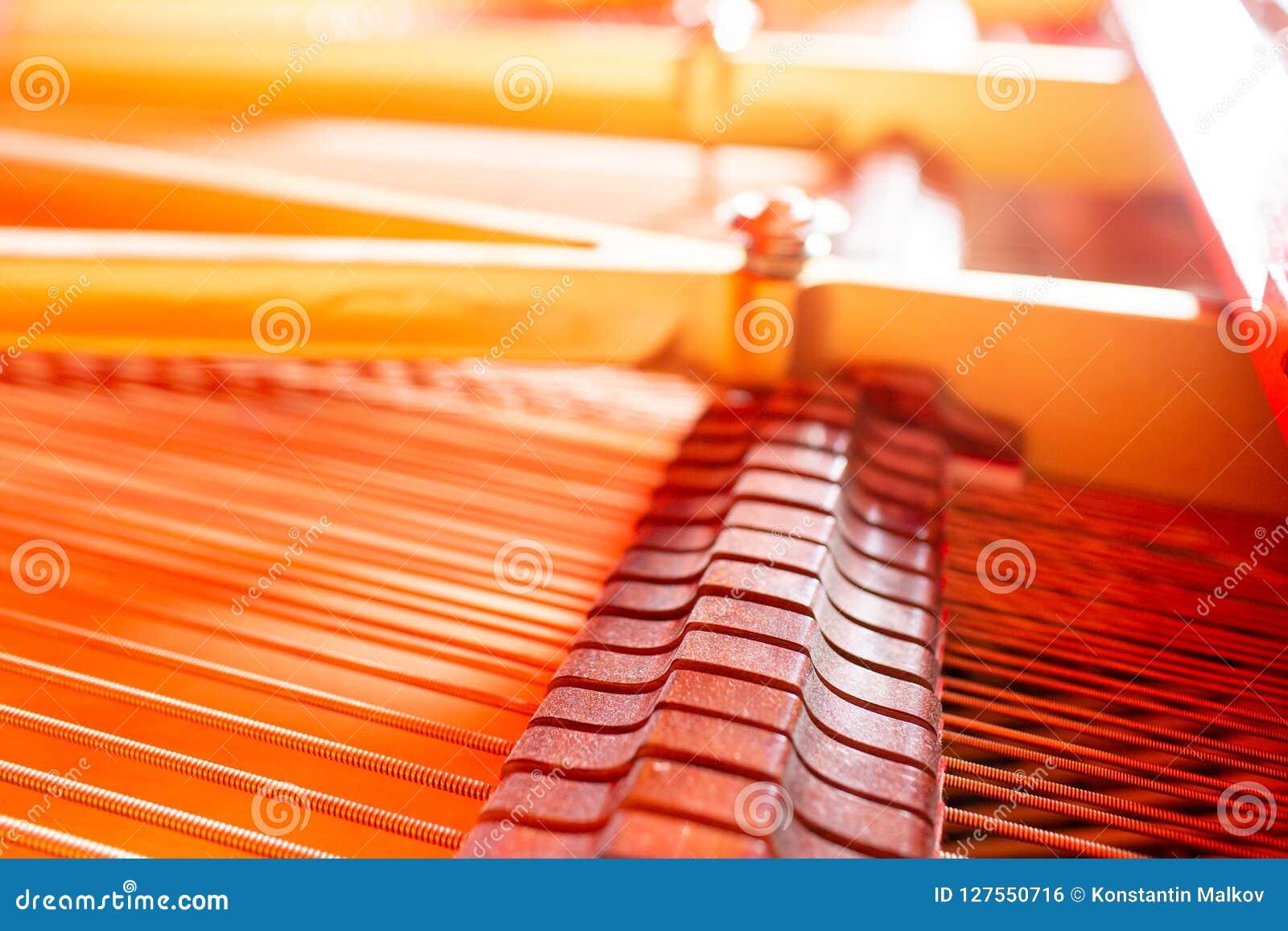 Uroczysty pianino zawiązuje, stalowego drutu sedno meandrujący z miedzianym drutem Instrumentu muzycznego abstrakt
