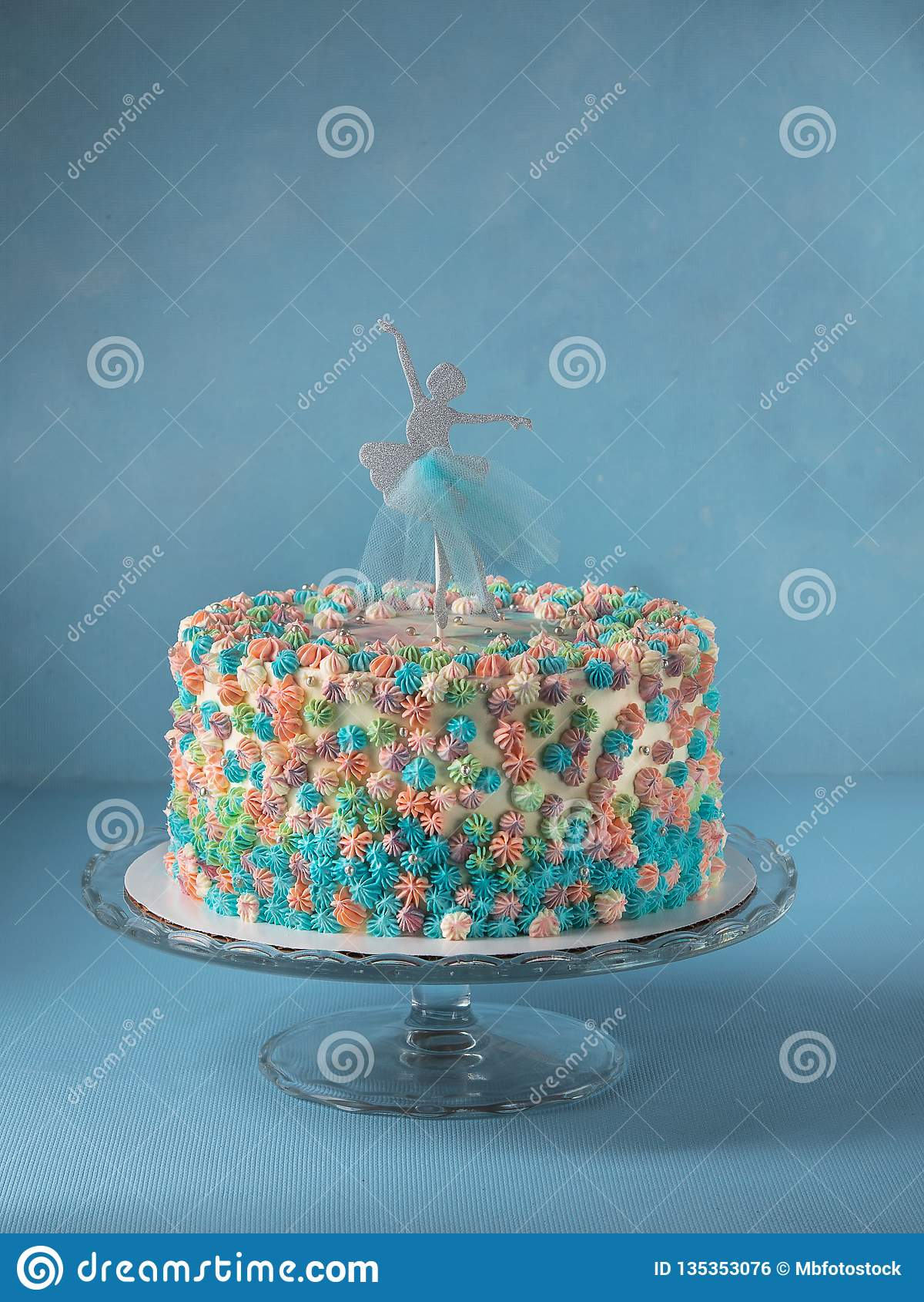 Urodzinowy warstwa tort dekorujący z balerina torta numer jeden na nieba błękita tle z kopii przestrzenią Pojęcie desery dla