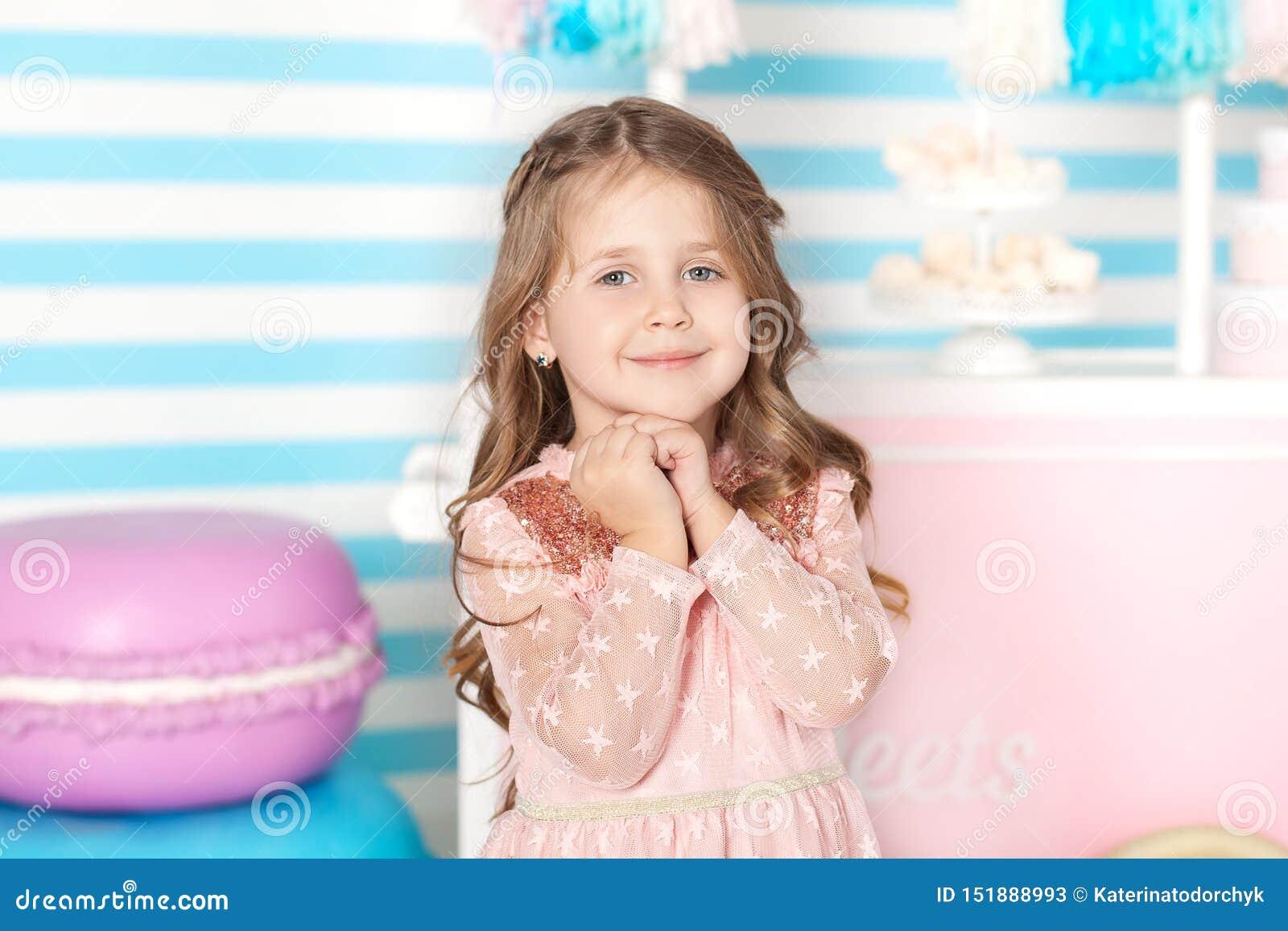 Urodziny i szczęścia pojęcie - szczęśliwa mała dziewczynka z cukierkami na tle cukierku bar Portret pi?kna ma?a dziewczynka