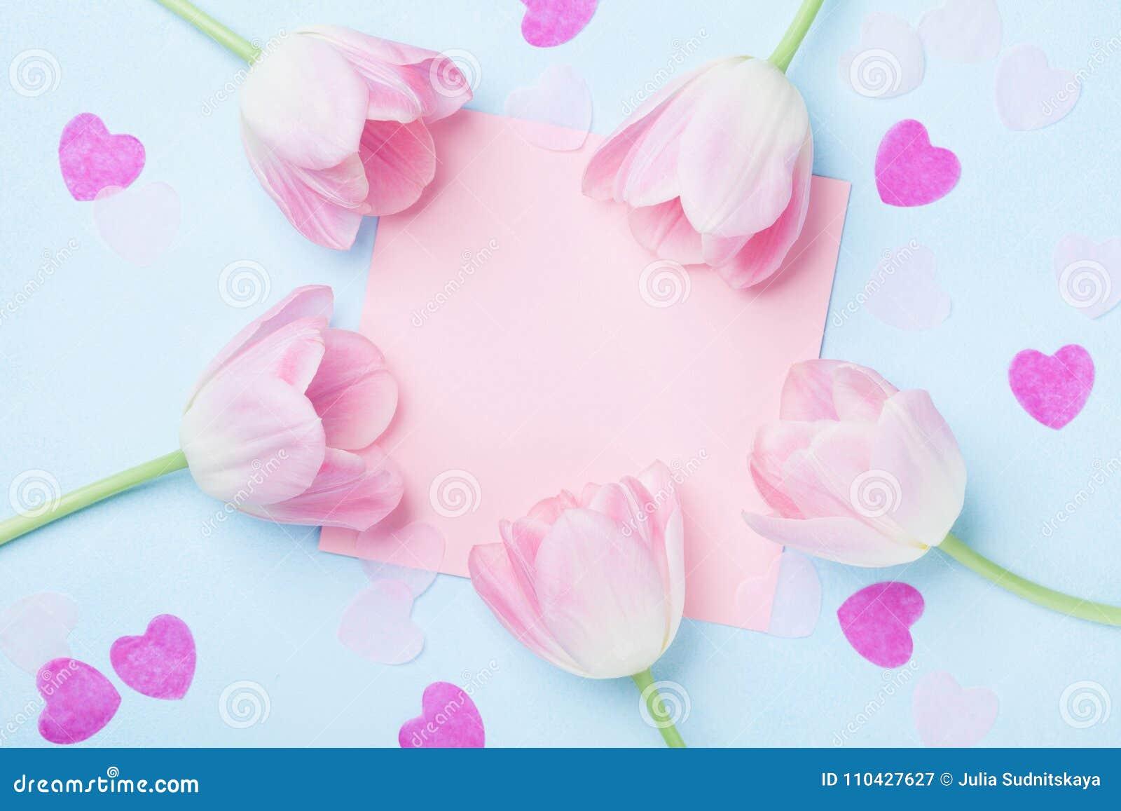 Urodziny lub ślubny mockup z listą, sercami i tulipanem menchia papieru, kwitniemy na błękitnego tła odgórnym widoku Piękna kobie