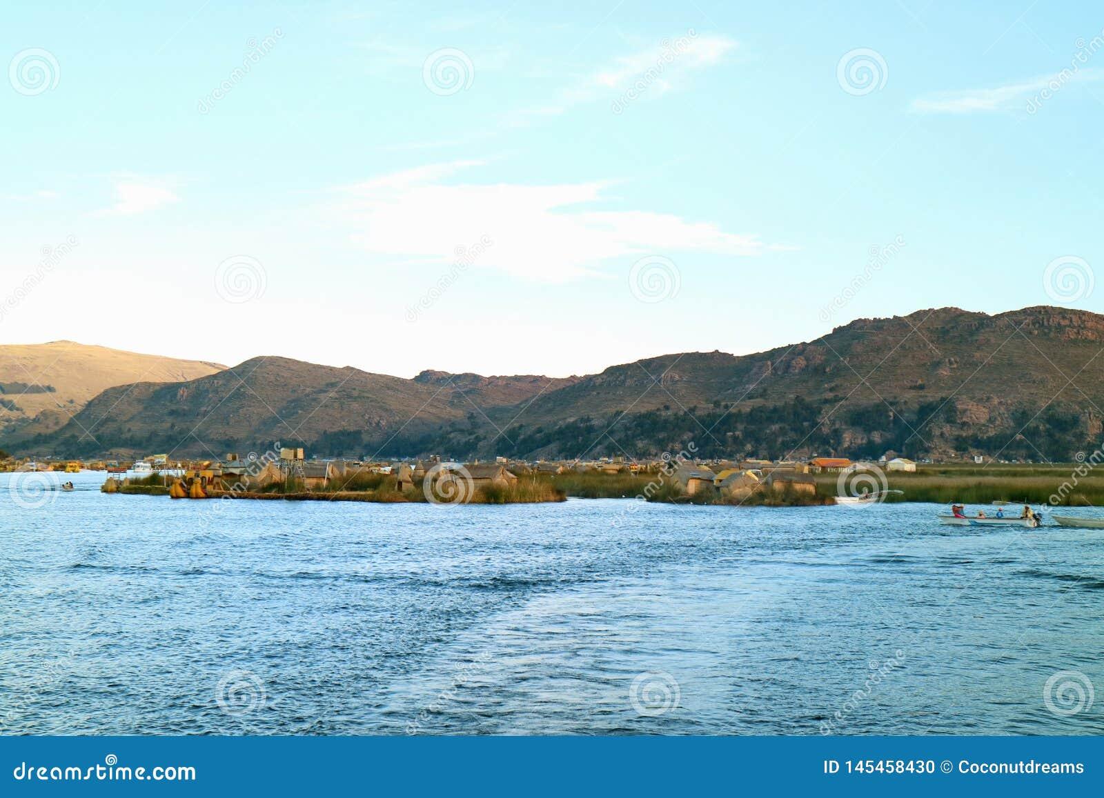 Uros Floating Islands e canottaggio locale della gente sul Titicaca di Puno, Perù