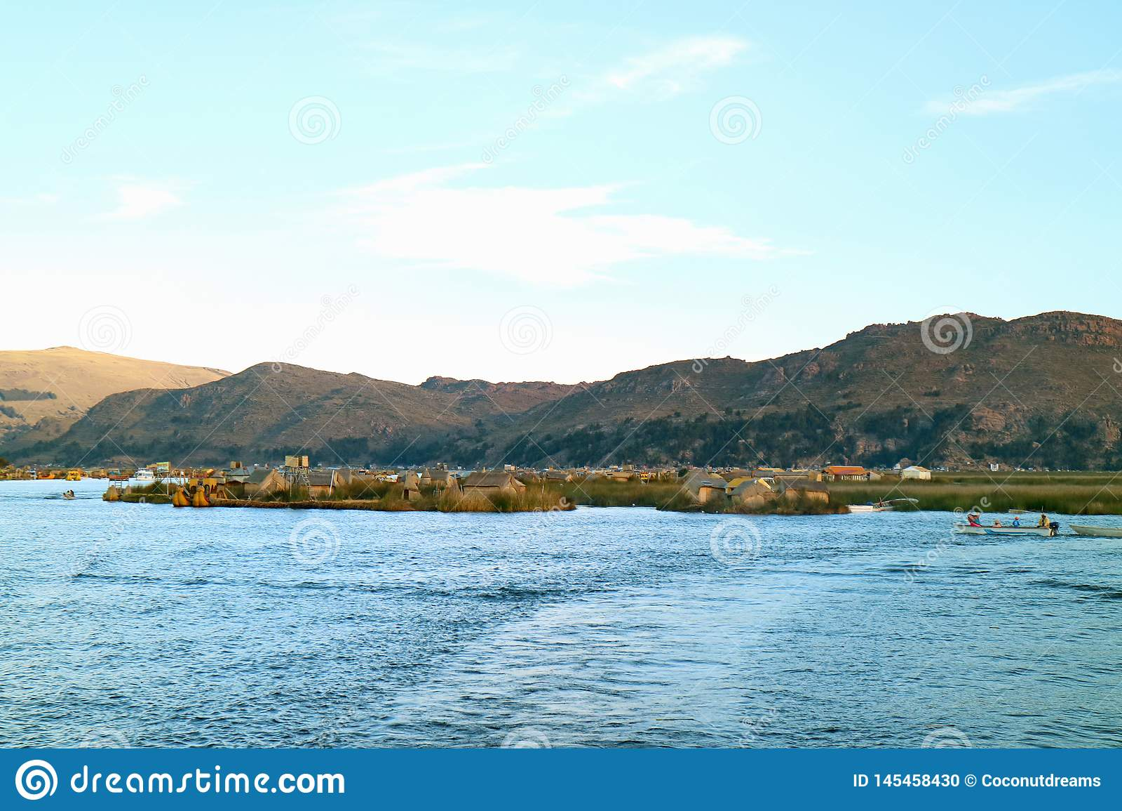 Uros Floating Islands y canotaje local de la gente en el lago Titicaca de Puno, Perú