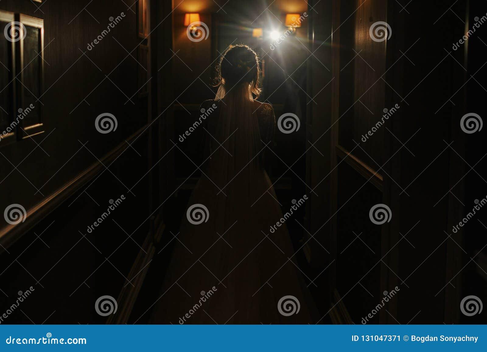 Ursnygg härlig brudkontur i korridor i ljus Lyckligt