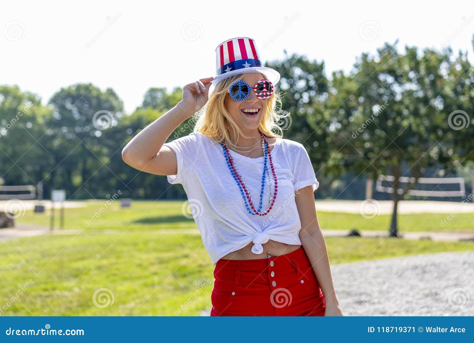 Ursnygg patriotisk blond modell Enjoying The 4th Juli Festivi