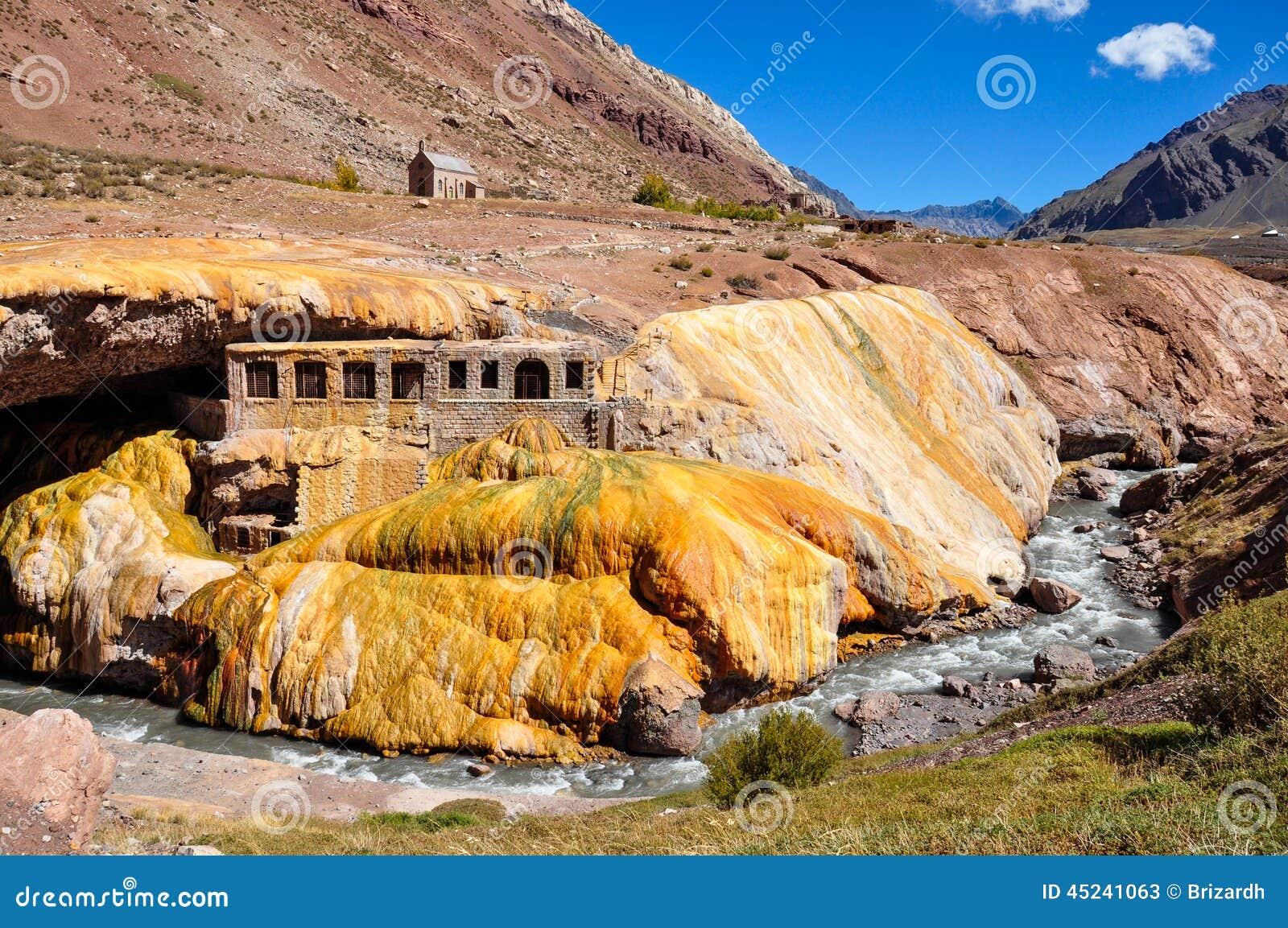 Ursnygg Puente del Inca fördärvar mellan Chile och Argentina
