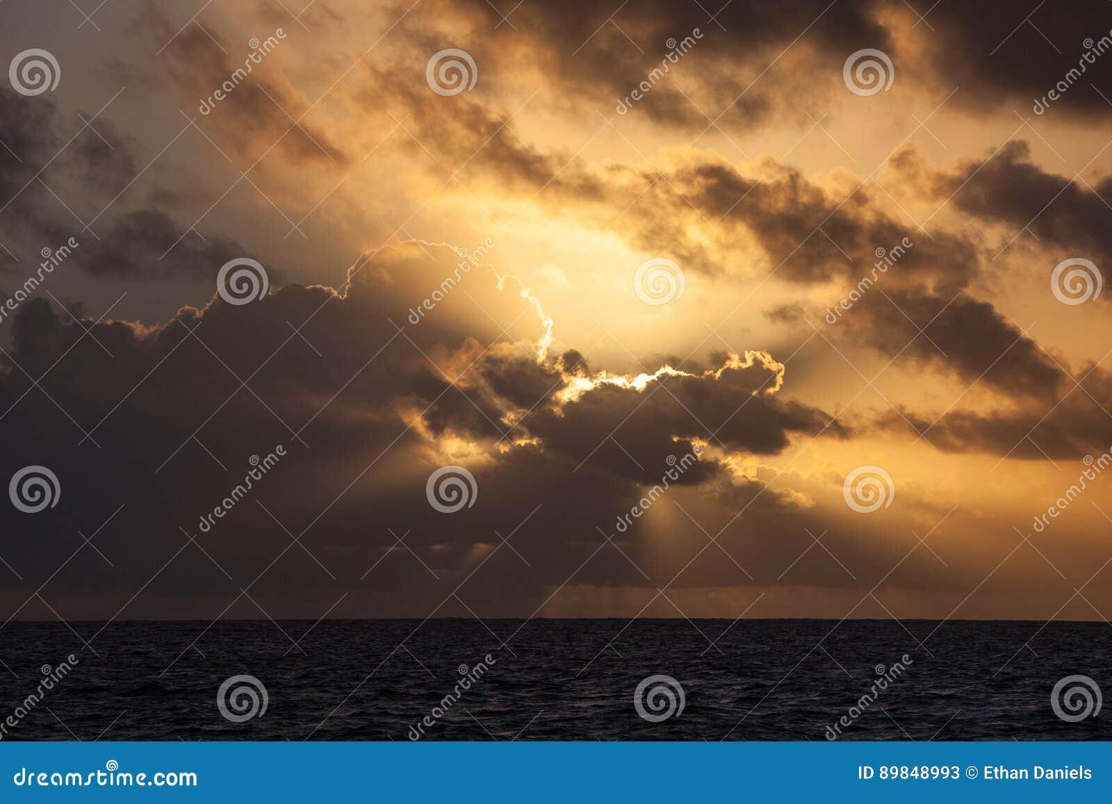 Ursnygg soluppgång över det karibiska havet