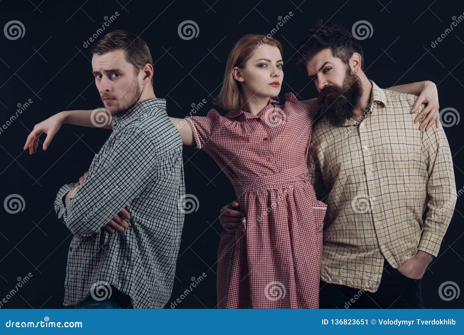 Ursnygg 50-tal som utformar med plädtrycket Sinnlig kvinna och män i retro stil Klassisk modesamling ljusa vita färgmodemodeller