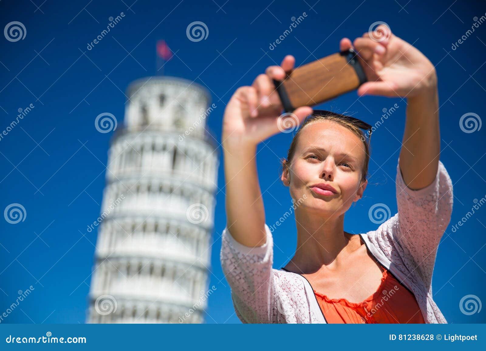 Ursnygg ung kvinna som tar en selfie med hennes smarta telefon
