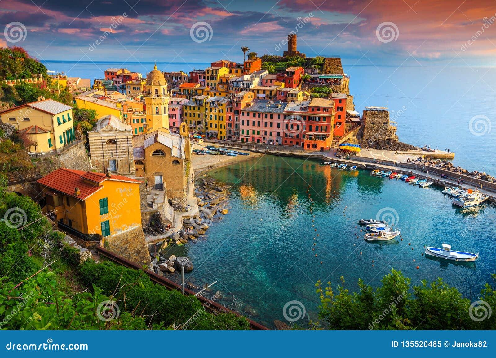 Ursnygg Vernazza by med färgrika hus, Cinque Terre, Italien, Europa