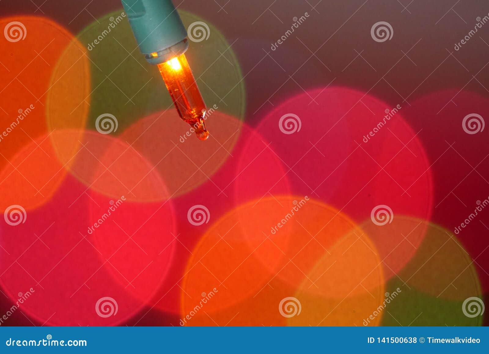 Ursnyggt skott av den orange julgranlightbulben