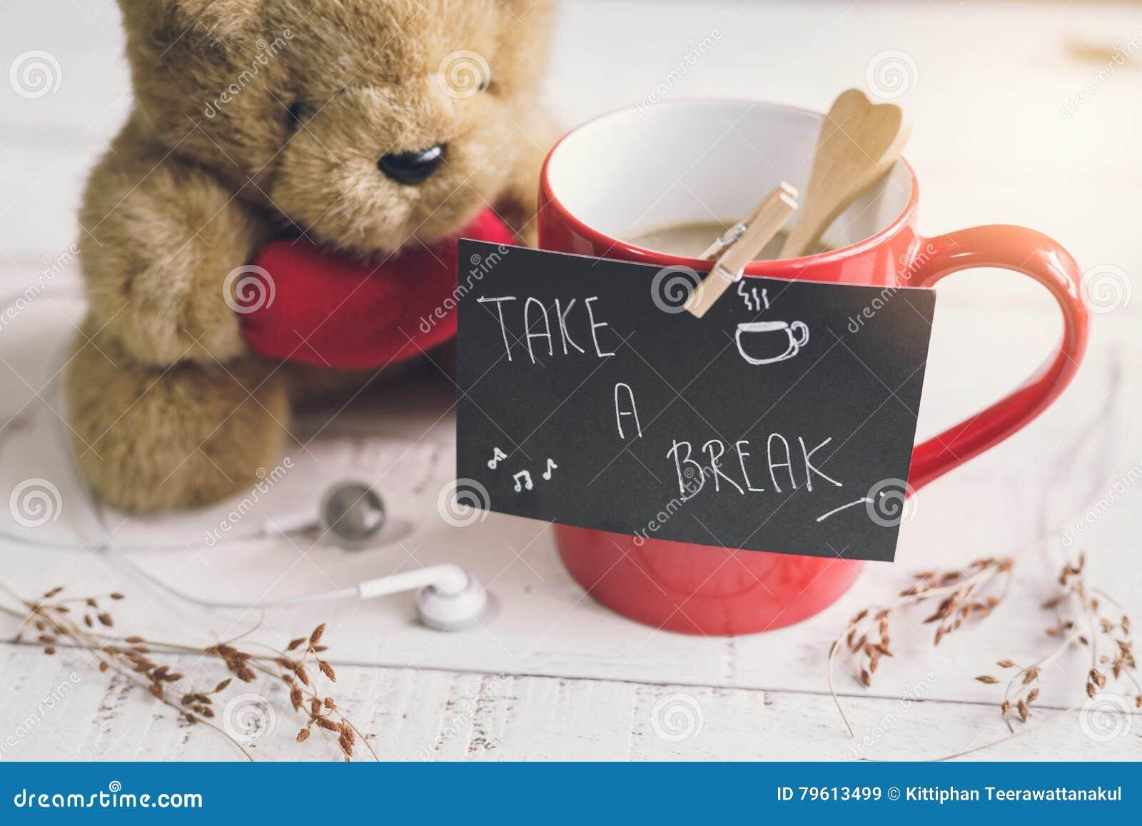Urso de peluche com forma vermelha e xícara de café do coração