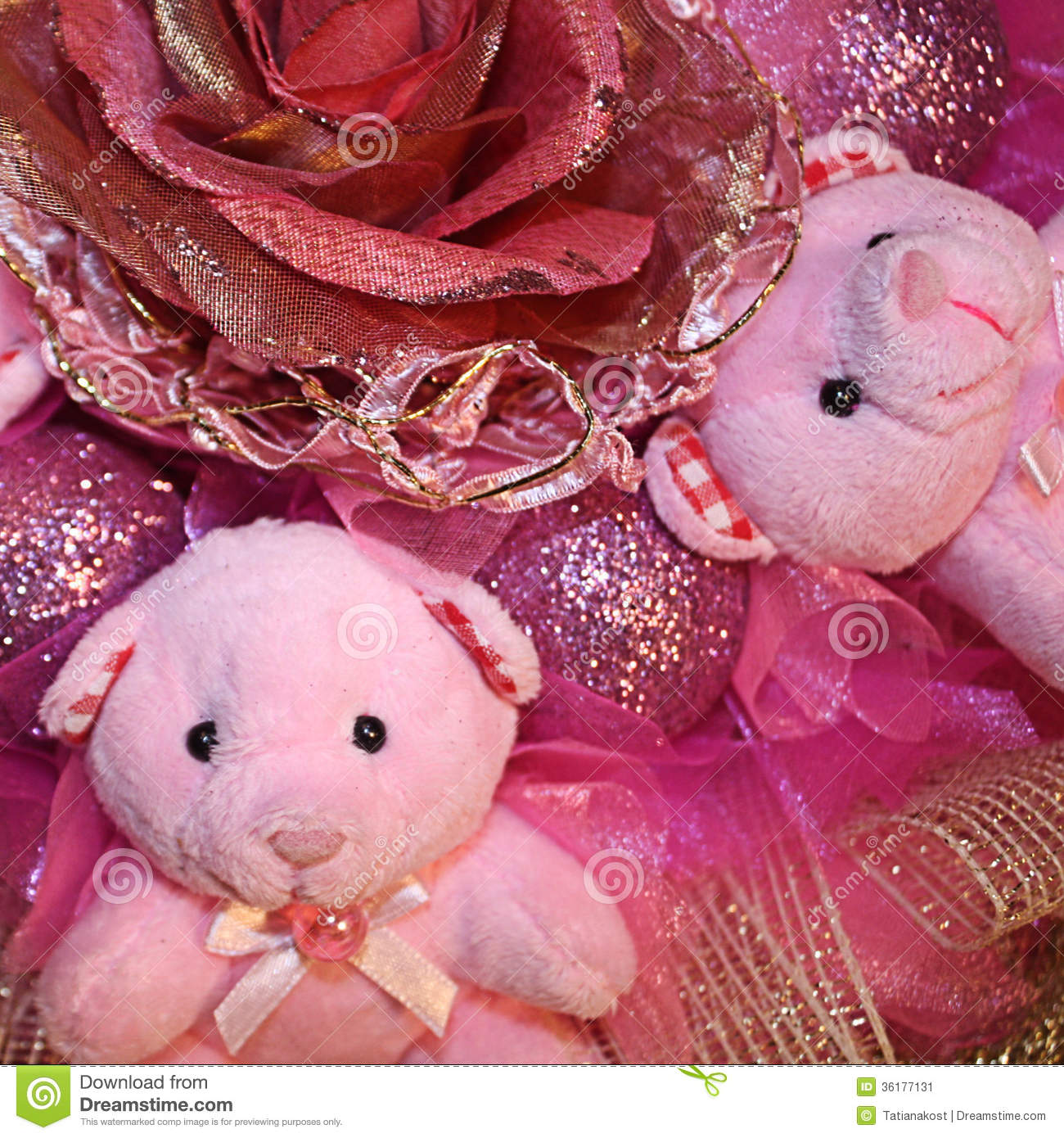 Ursos de peluche cor-de-rosa e flor artificial no composit do Natal