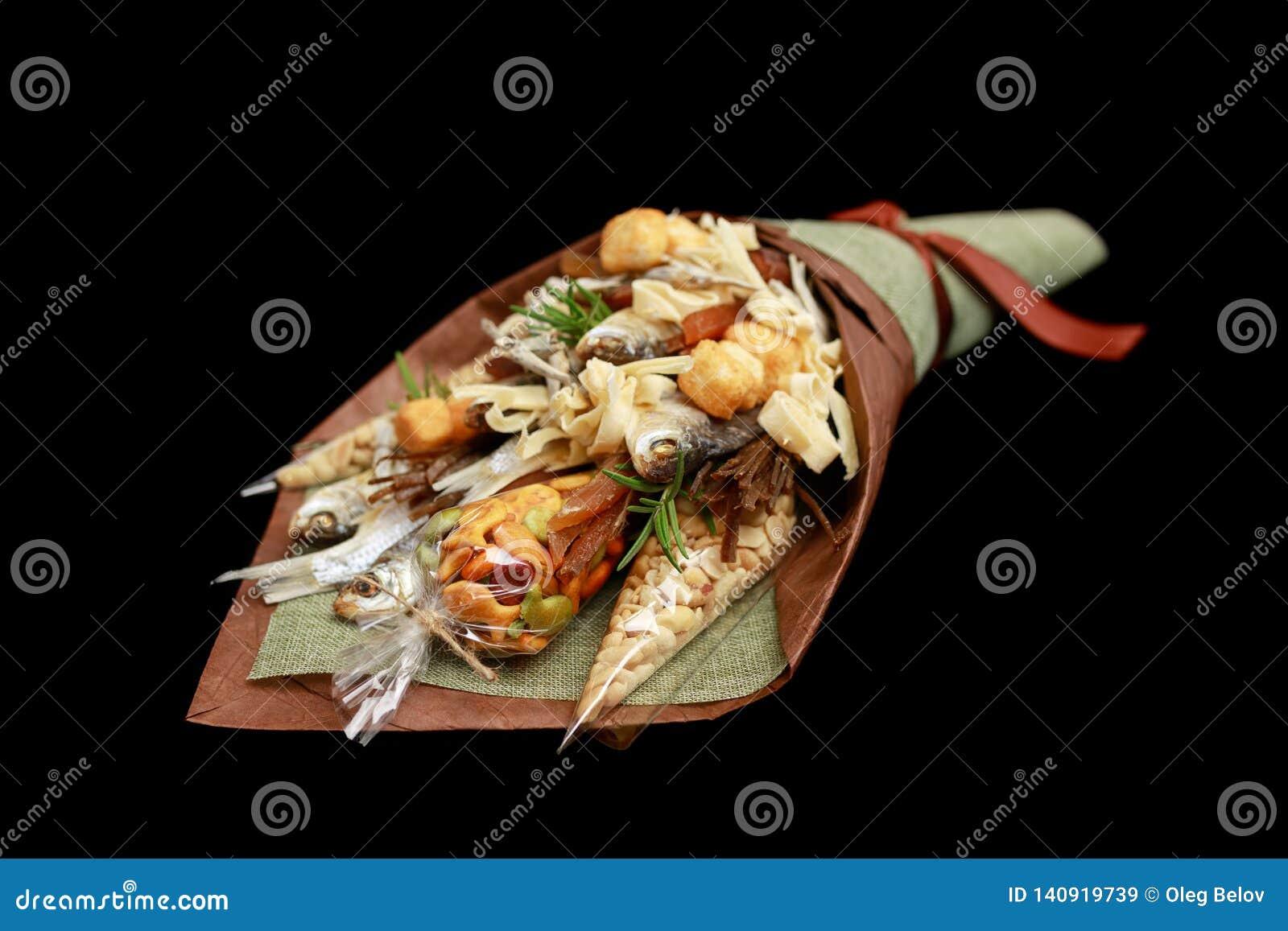 Ursprünglicher Blumenstrauß, der den getrockneten gesalzenen Fischen, gesalzenen Erdnüssen, Crackern, getrocknetem Brot und ander