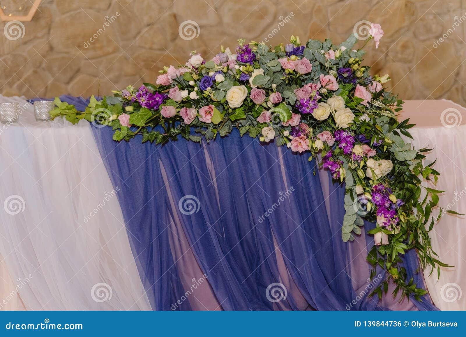 Ursprüngliche Dekoration einer Hochzeit ausführlich Blumen, Gewebe und hölzerne
