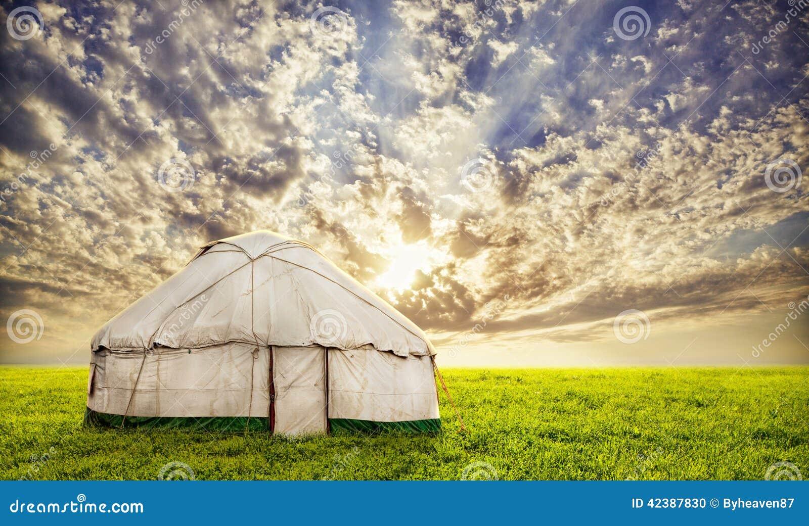 草地的urta游牧房子在日落晚上天空在中亚.
