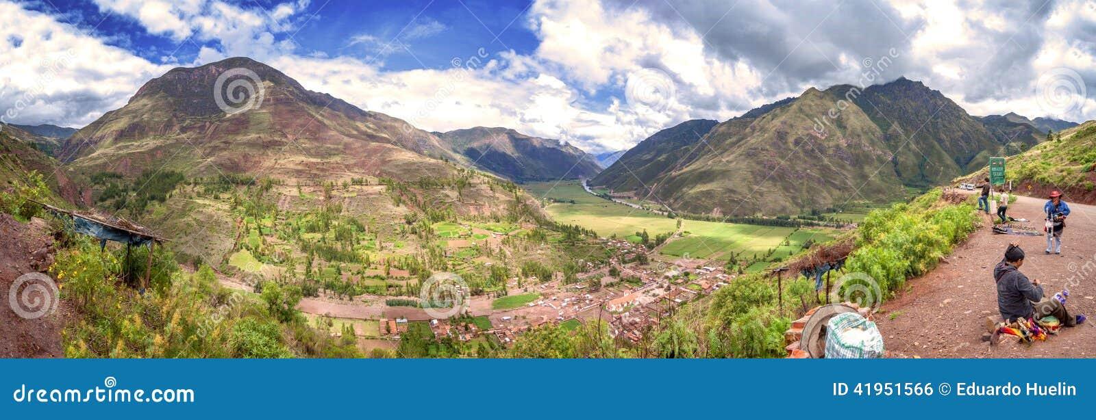 URUBAMBA PERU, GRUDZIEŃ, - 09: Panoramiczny widok Urubamba inka Święta dolina, Grudzień 09, 2011 w Urubamba, Cusco, Peru