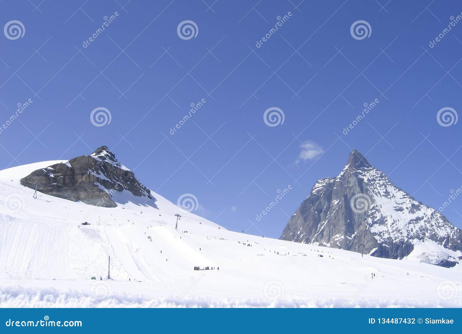 Urwista Matterhorn góra na słonecznego dnia szwajcara Alps