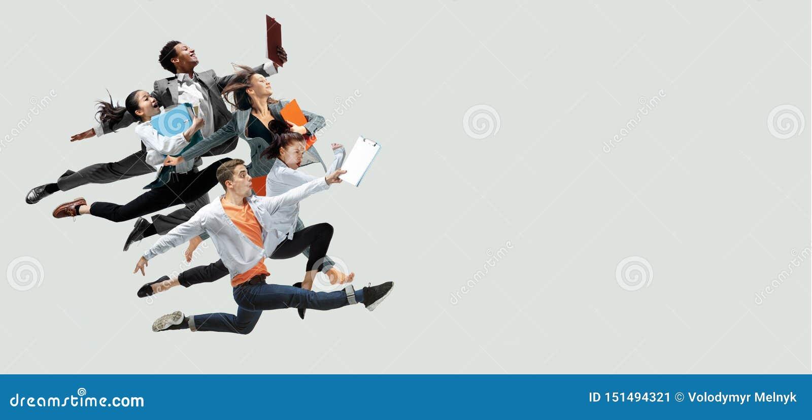 Urzędnicy skacze na pracownianym tle