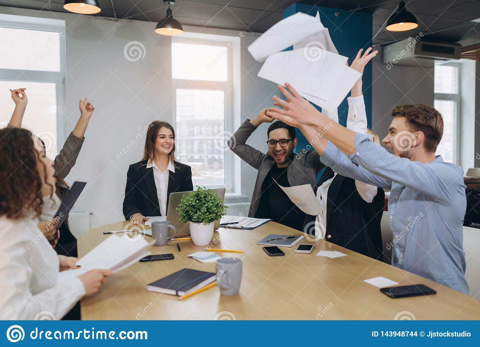 Urz?dnicy ?wi?tuj? biznesowego sukces i rzucaj? w g?r? papier?w i dokument?w