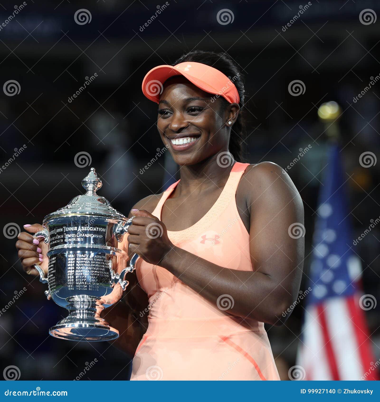 US Open 2017 kampioen Sloane Stephens van Verenigde Staten die met US Opentrofee tijdens trofeepresentatie stellen na haar defini