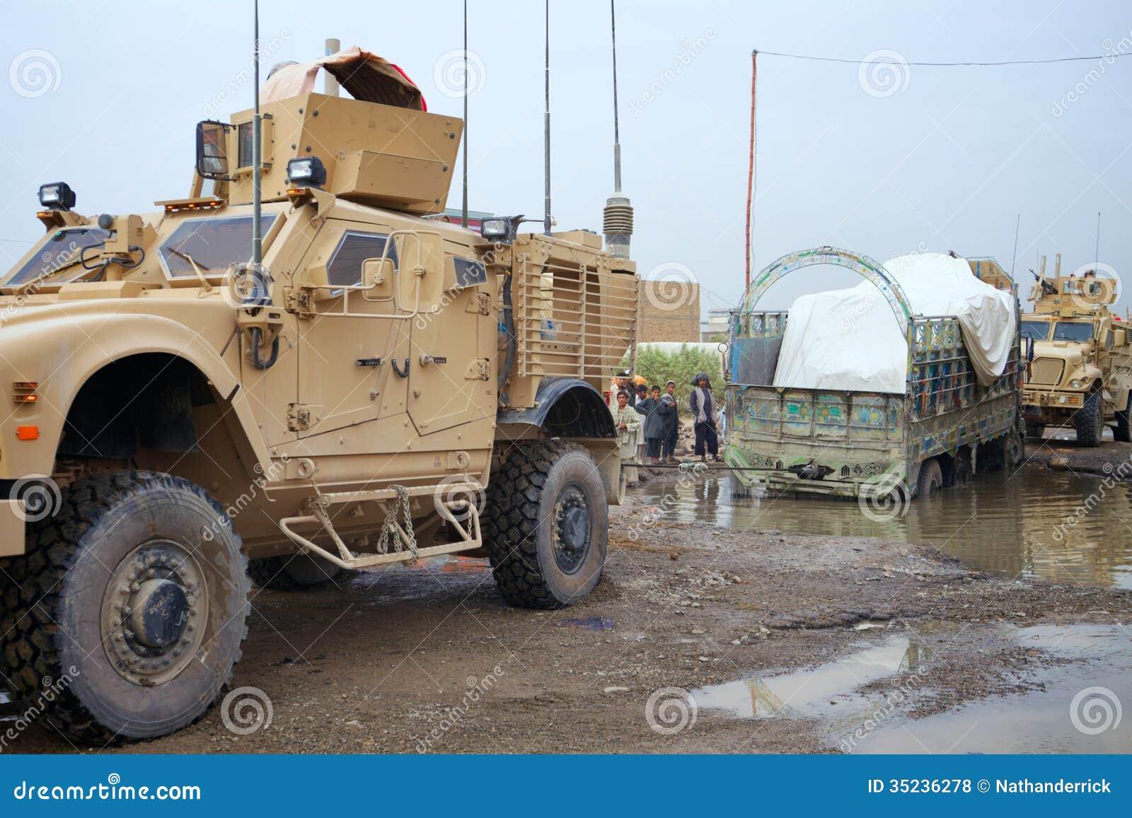 USA żołnierze pomagają Afgańskiego kierowcy ciężarówki