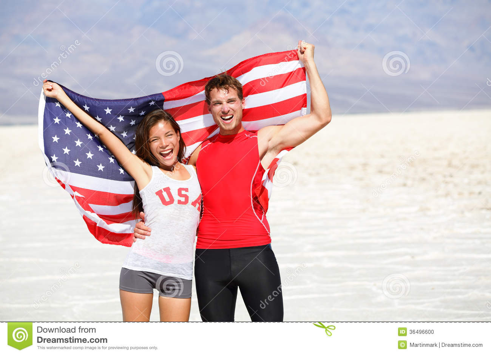 USA-Athletenleute, die das Zujubeln der amerikanischen Flagge halten