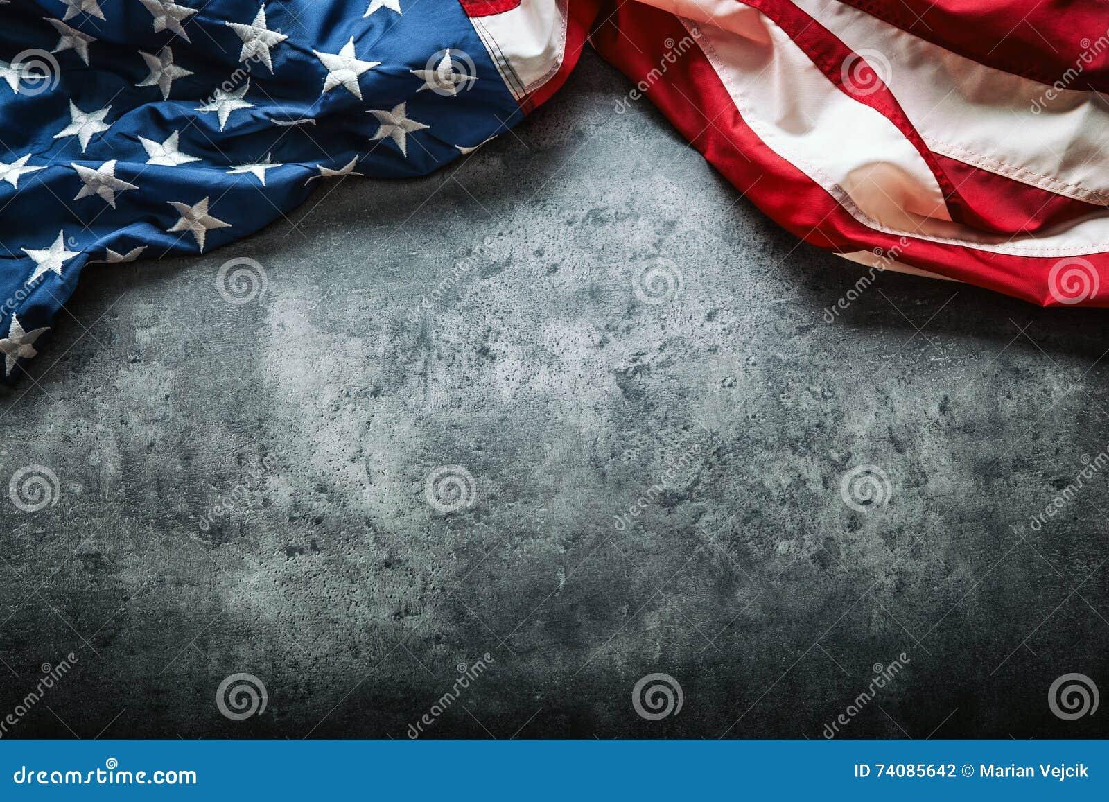 Usa bandery amerykańska flaga Flaga amerykańska wolno kłama na betonowym tle Zakończenia studia strzał fotografia tonująca