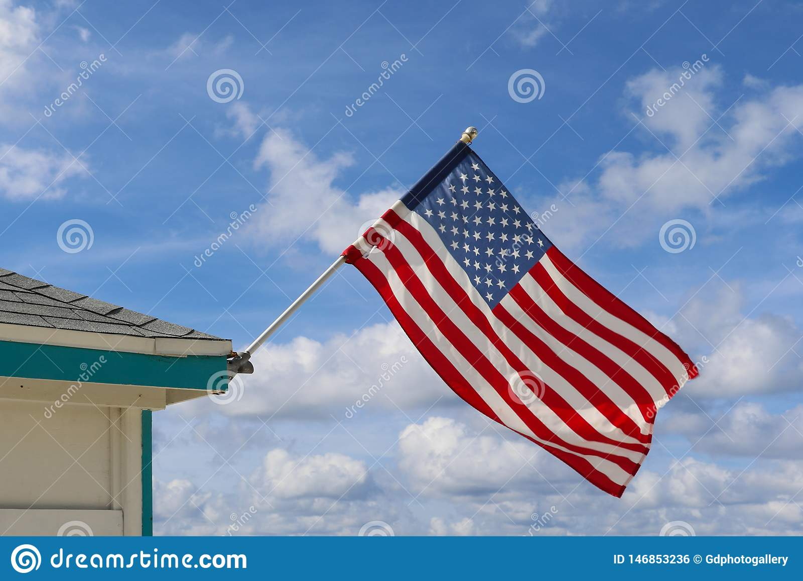 Usa flaga w chmurnym niebie