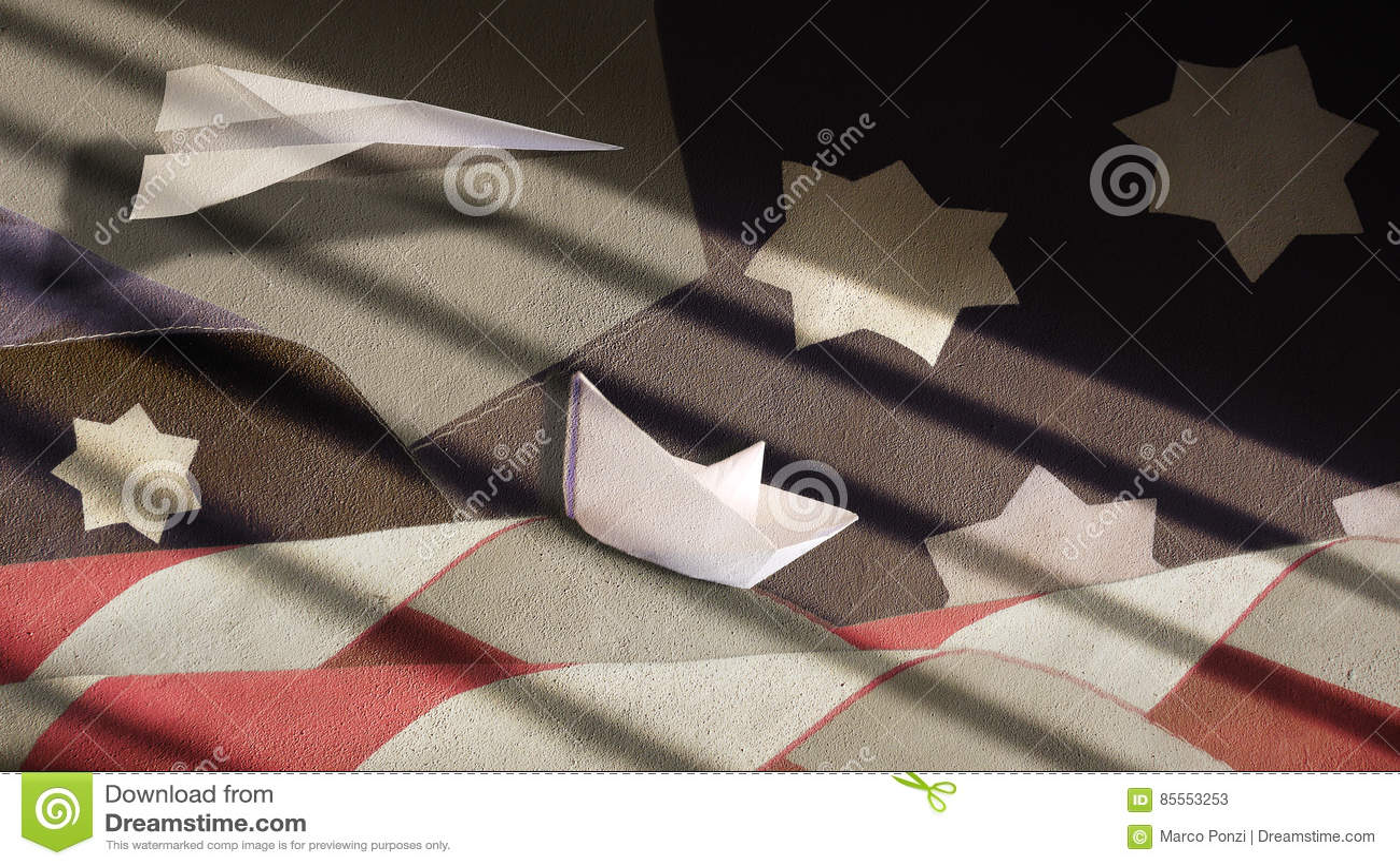 USA-Flagge bewegt Papierboot und Flugzeug wellenartig