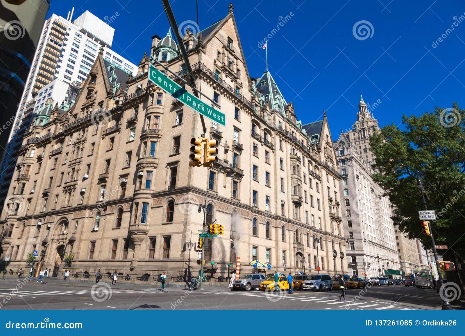 USA, NEW YORK - 15. OKTOBER 2013: Straßen-Central Park-Weststadtmitte NY Dakota-Wohnungen Haus von John Lennon Beatles
