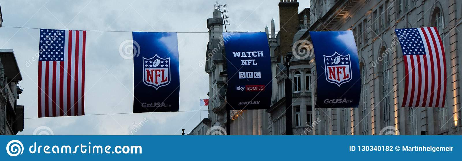 USA- und NFL-Flagge in London bei Piccadilly Circus